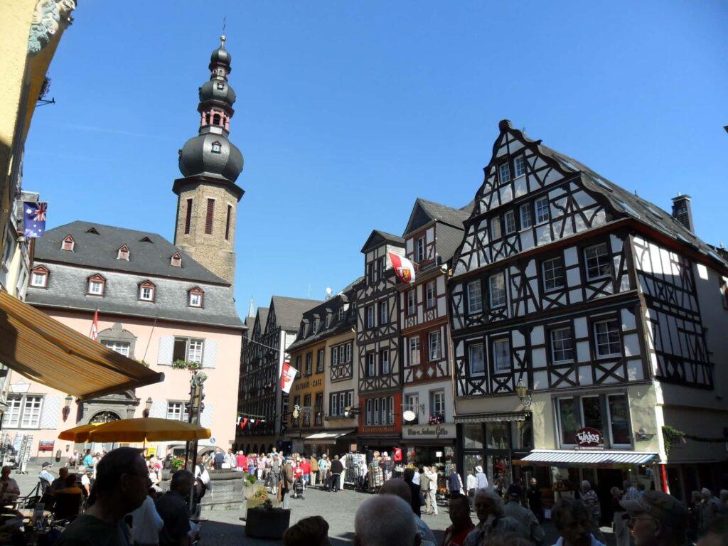 Marktplatz in Cochem bei blauem Himmel