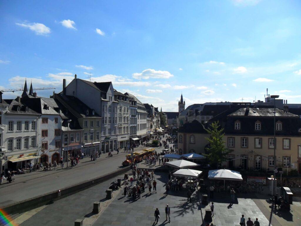 Die Fußgängerzone in Trier aus dem zweiten Stockwerk fotografiert