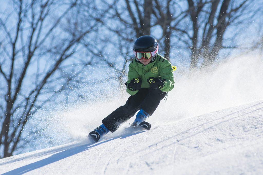 Junger Skifahrer auf der Piste
